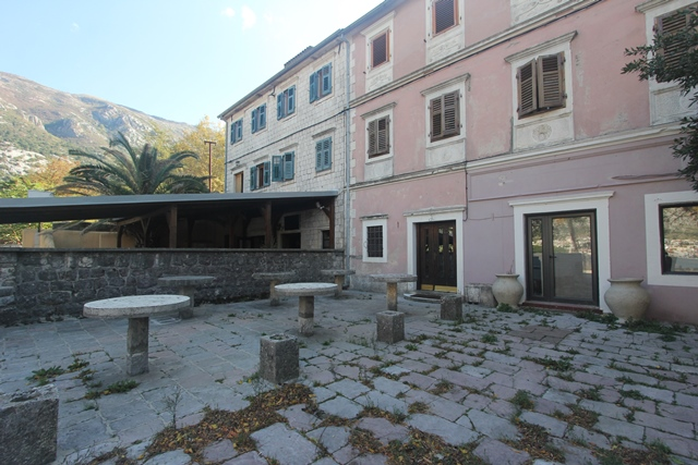 House with commercial property on the front line in Kotor