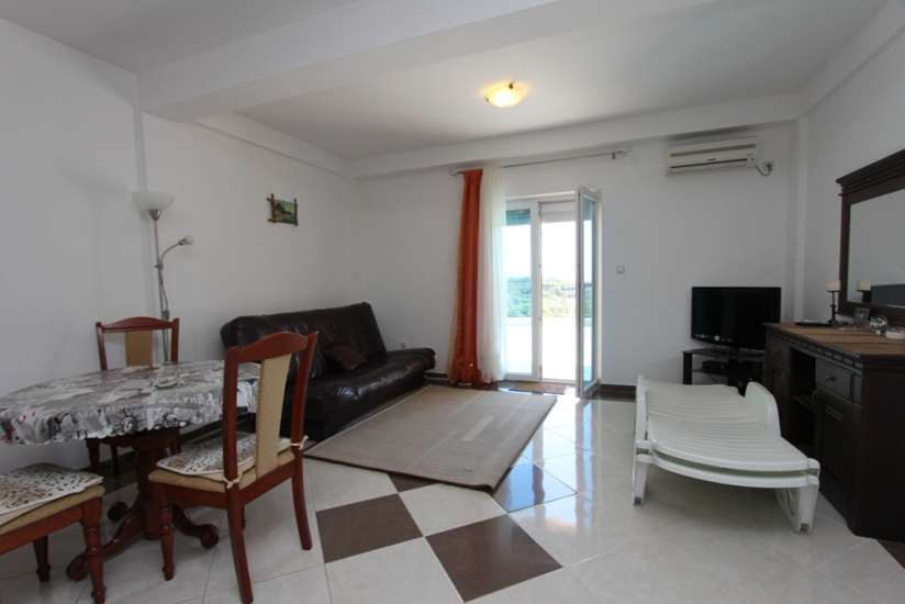 Apartment with spacious terrace in Igalo